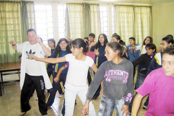 Professor Alessandro ensina seus alunos passos da Dança de Rua